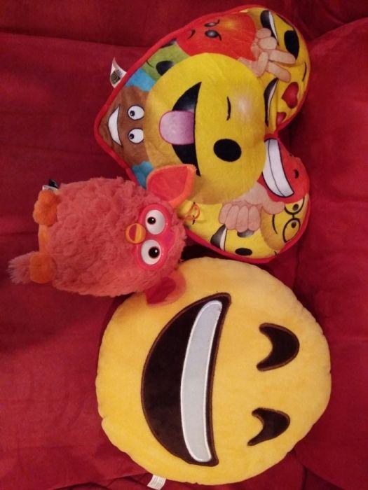 Vând perină Emoji și jucarie plus Furby