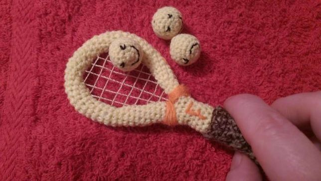 Articole crosetate 7.: racheta tenis mini + 3 mingi