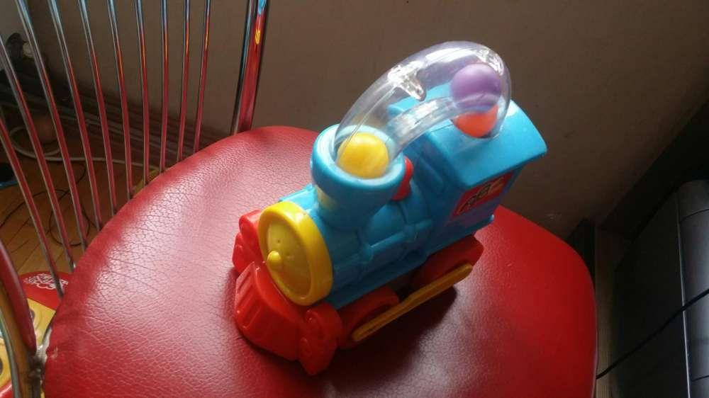 Jucarie trenulet cu bile pentru bebelusi.