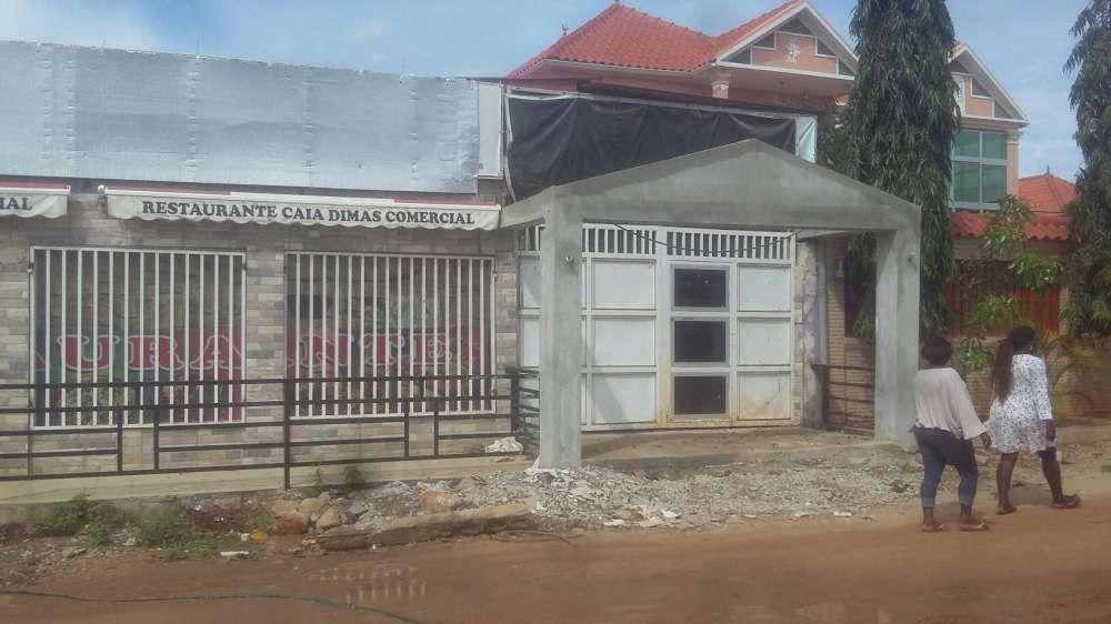 A venda em Angola luanda uma casa com restaurante e salão de beleza.