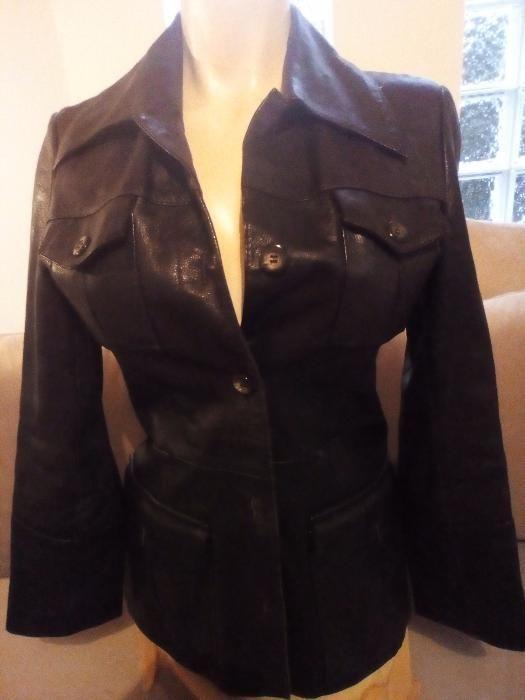 Vând haina de piele neagra