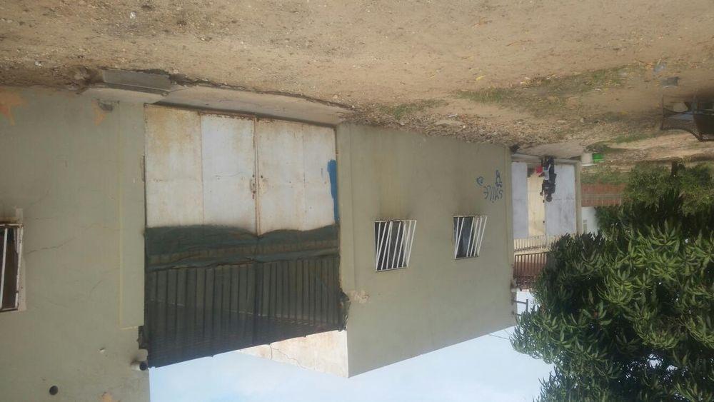 Quinta de 100/50 com uma casa e anexos no interior
