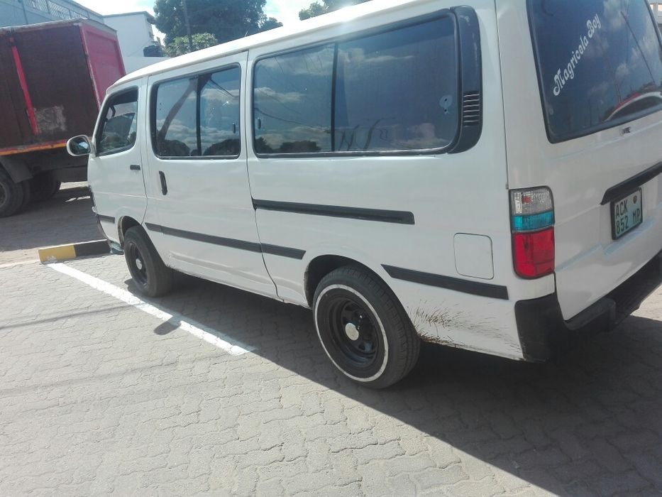 Vendo Toyota min bus 5L Diesel Manual