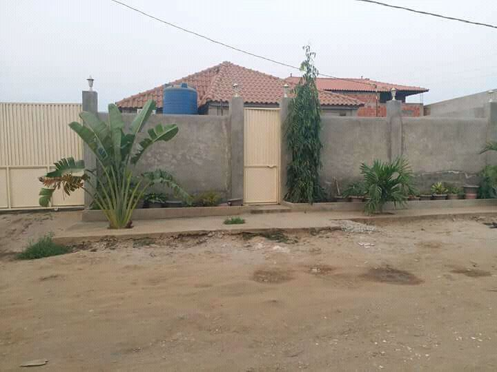 Vendo esta casa T4 climatisado calemba 2 junto a policia. 15.500.000kz