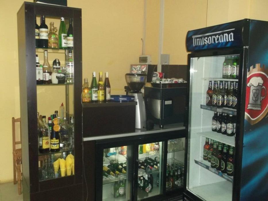 Mobilier bar cu frigider incorporat cu 3 usi glisante