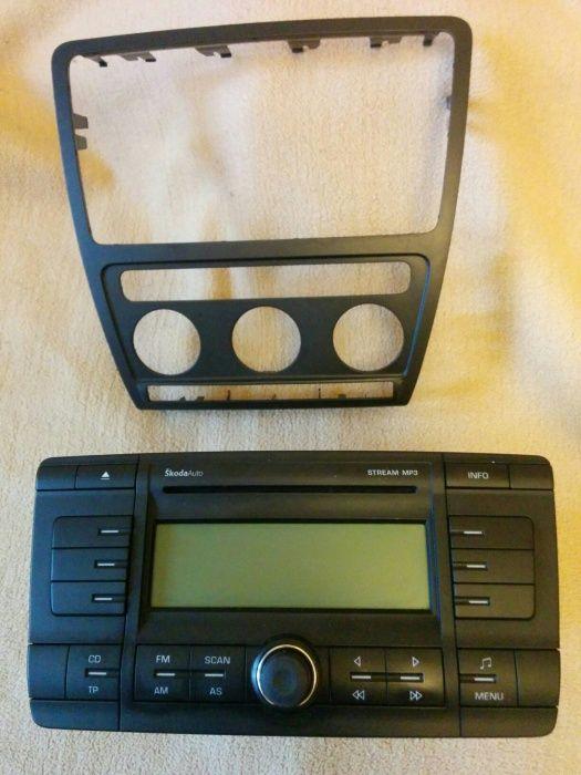 Radio CD mp3 + rama consola Skoda Octavia II, originale.