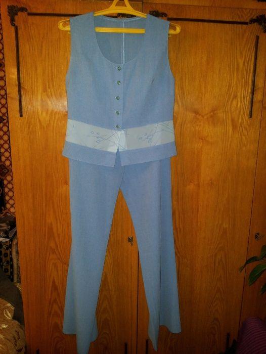 Брючный костюм голубой