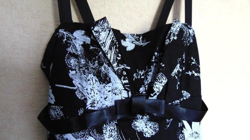 Коктейлна черно-бяла официална рокля с флорални мотиви