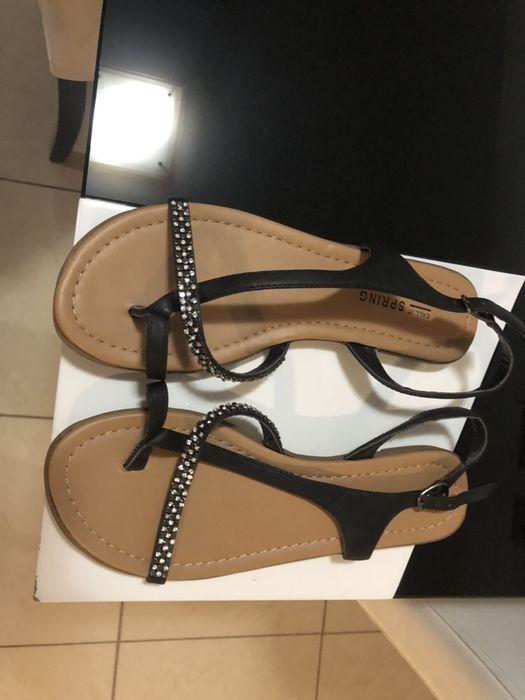 Sandálias novas da marca Spring