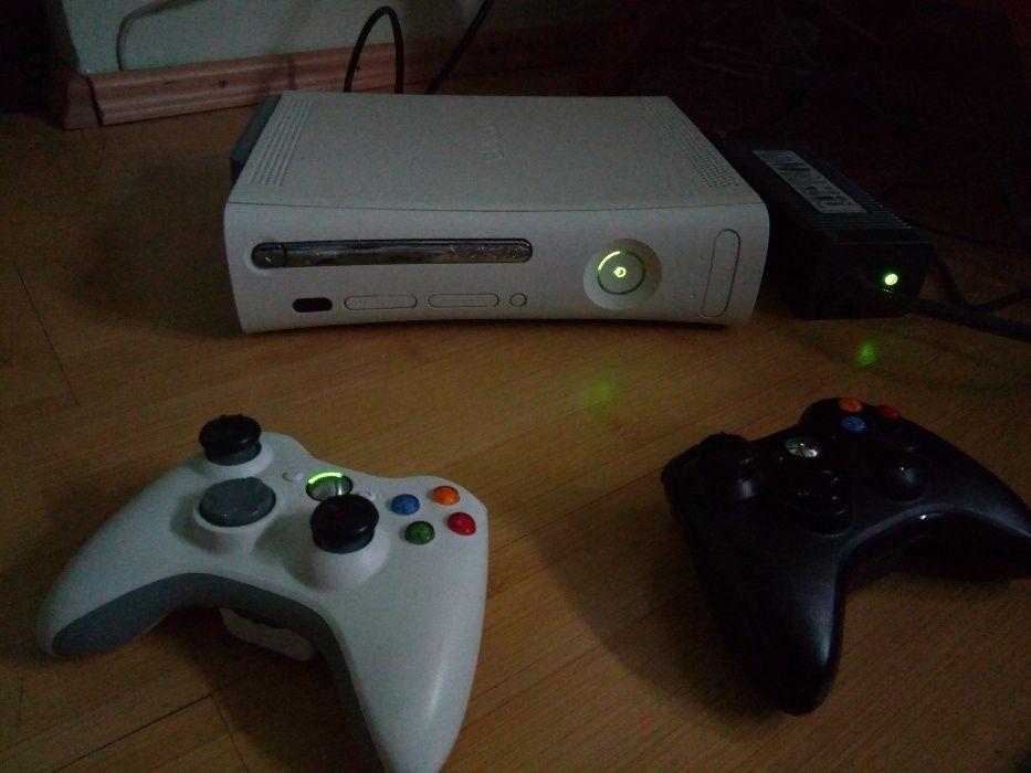 Consolă Xbox 360 cu 2 controllere +9 jocuri