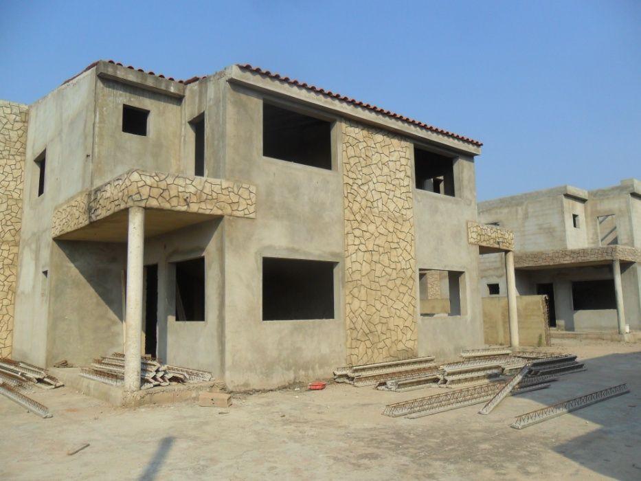 vend-se condomínio com 16 casas r/c1 andar no cruzamento de matendene.