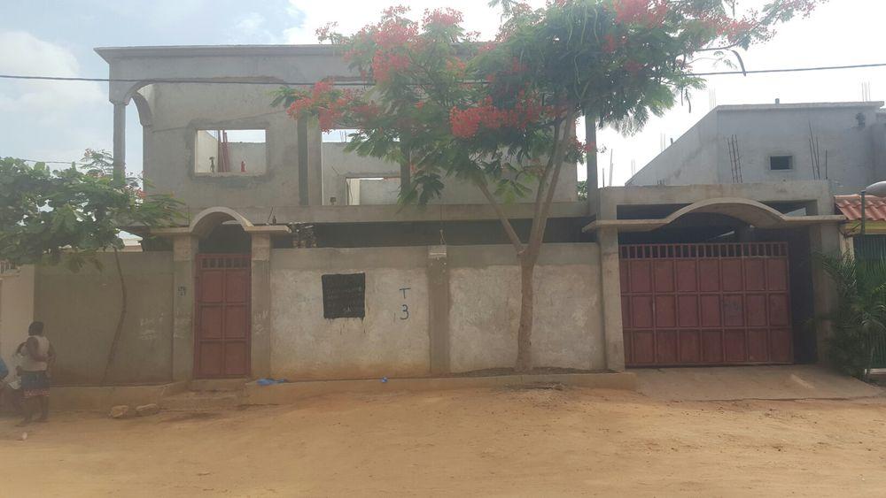 Venda Residencia V5, 1.Andar por acabar Luz e água no Camama