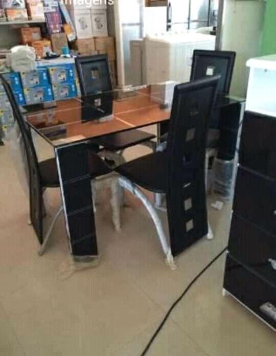 Mesa de jantar de 4 cadeiras.
