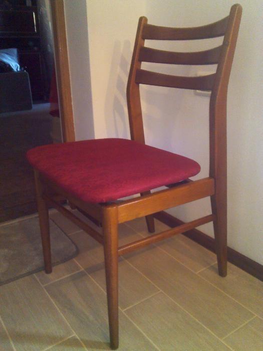 4 scaune NOI din lemn capitonate cu material rosu.Stare excelenta!