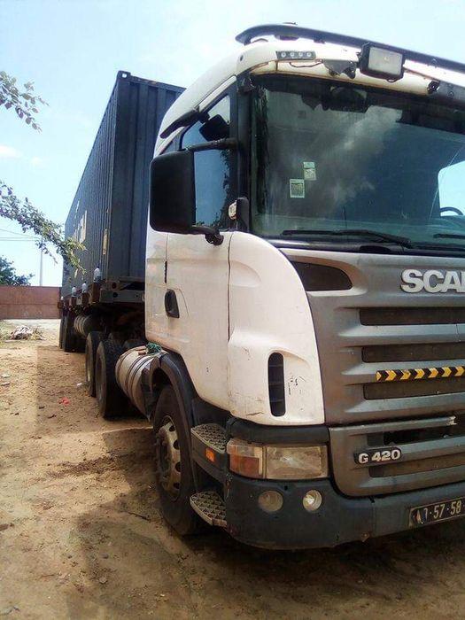 Vende-se um camião de marca Scania com trailer
