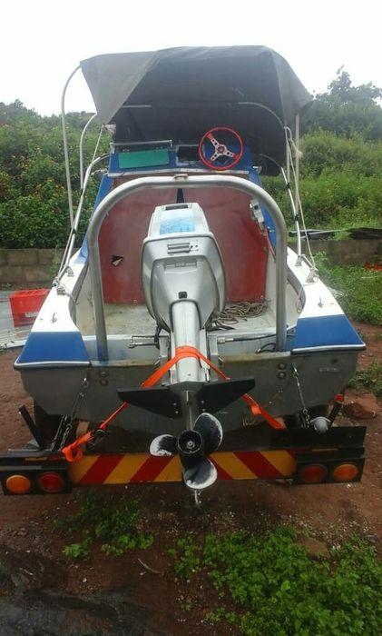 Vende-se barco de pequeno porte com trela Suzuki 65