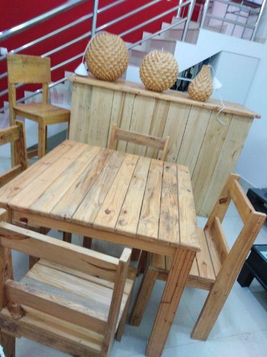 Mesas, cadeiras, lustres rústico restaurante ou área externa