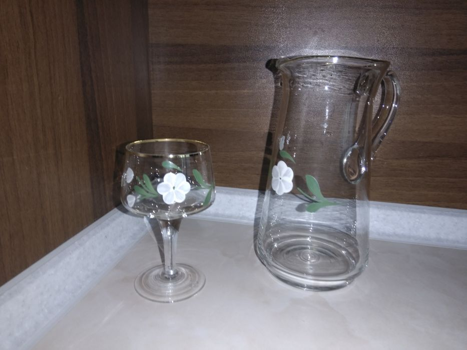 Сервиз за вино, рисуван, 6 чаши със столче и кана