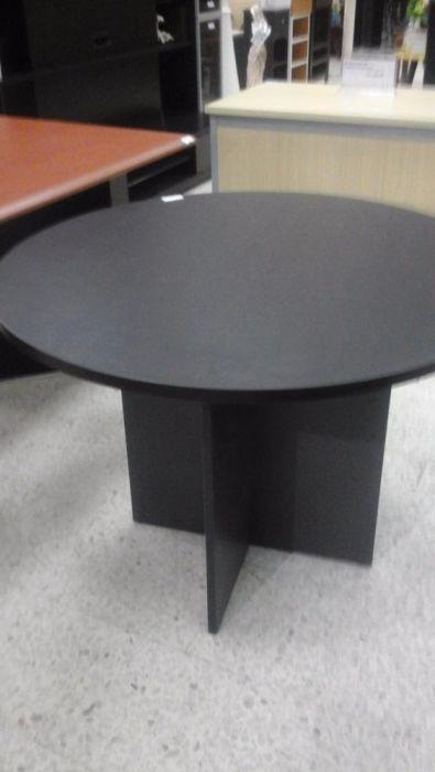 Mesa de reunião oval de quatro lugar cor Castanho preto. Produtos novo