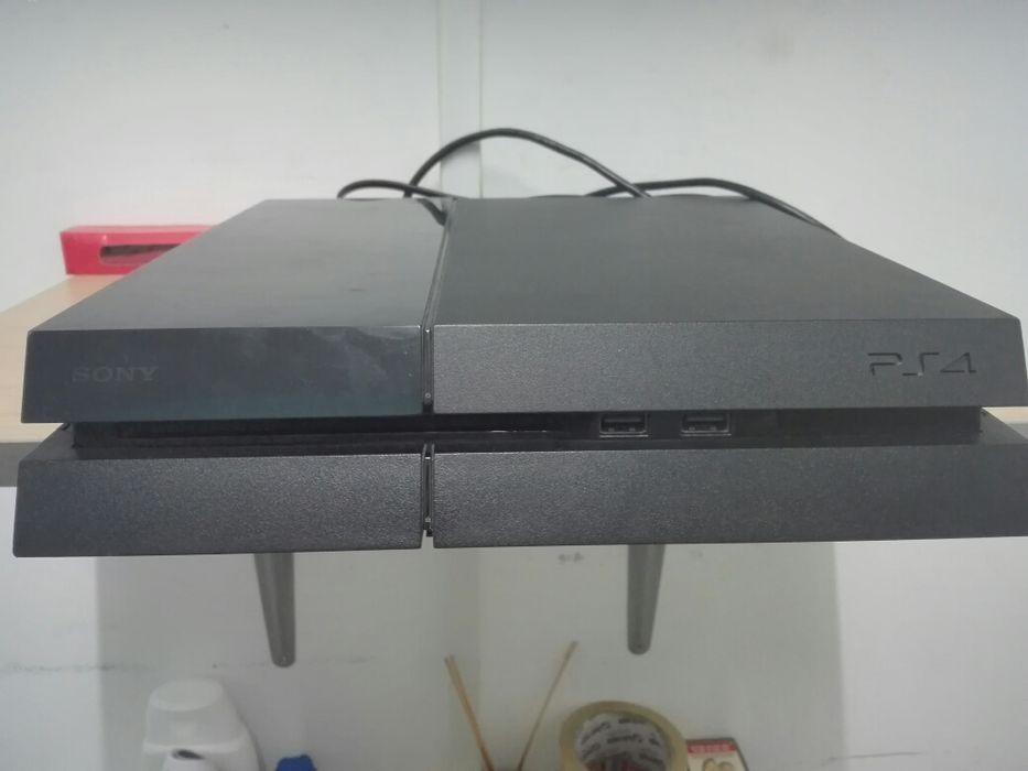 Vendo PlayStation4 (PS4) com 2 jogos E 2 comandos!(A PREÇO ACESSÍVEL)