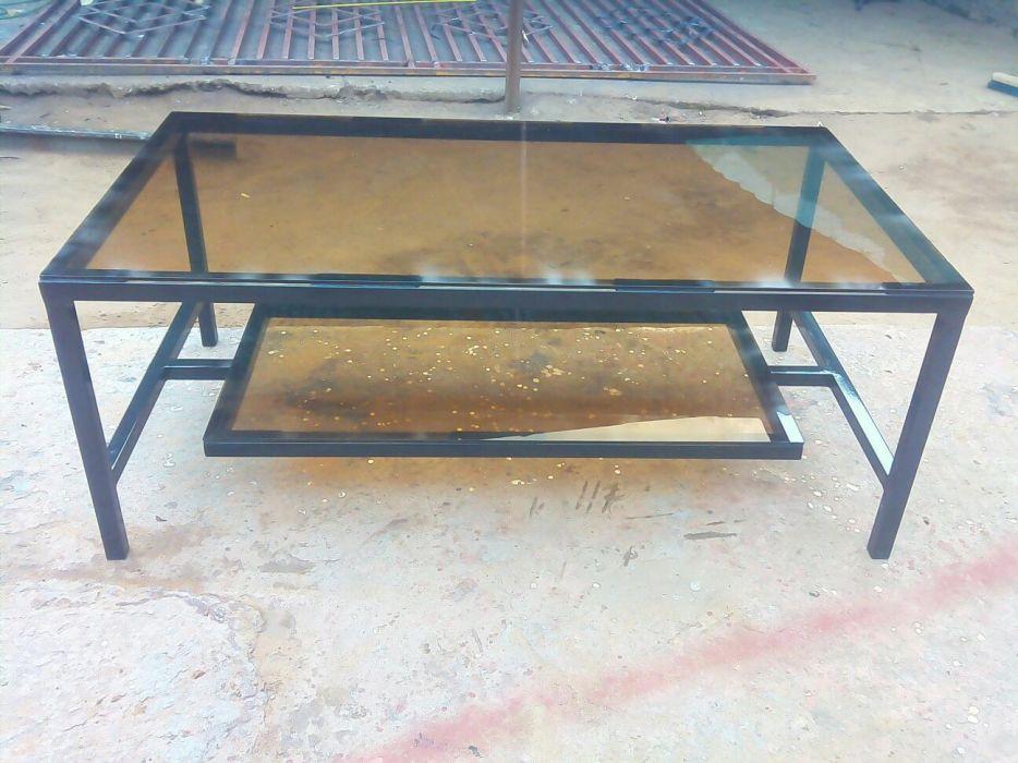 Mesa do centro feito de metal e vidro