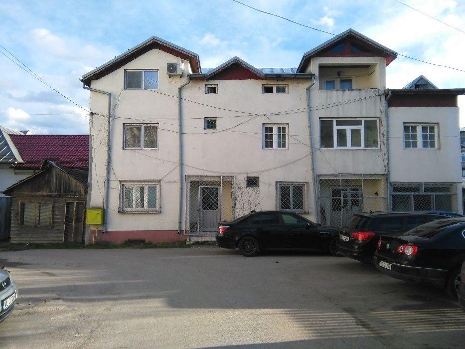 Vand casa locuit cu spatiu comercial situata in str. Decebal nr. 30.