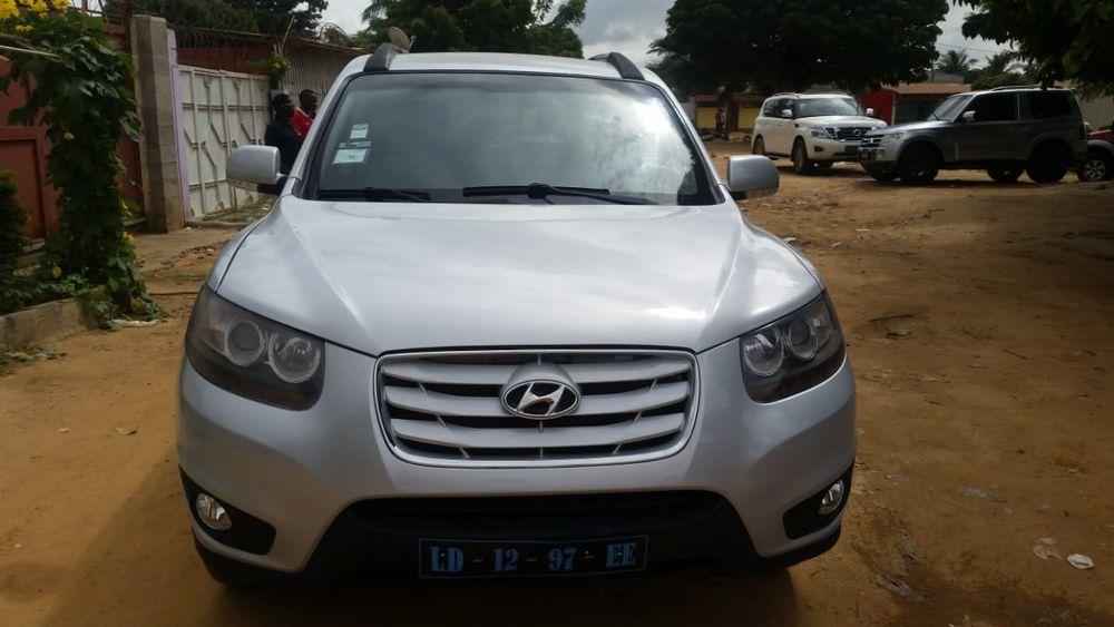 Hyundai Santa Fe limpo