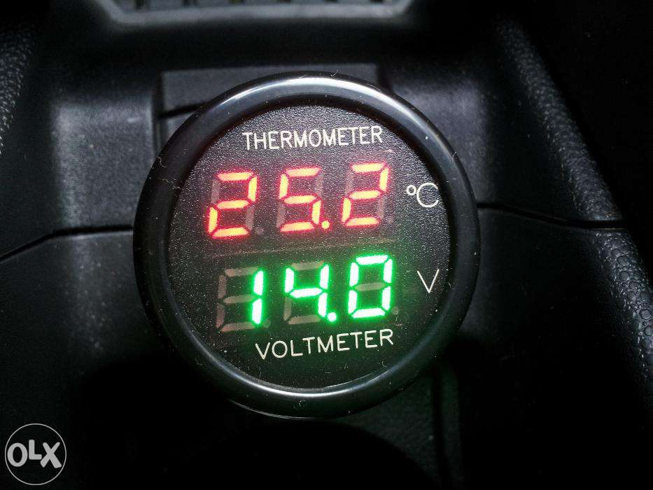Termometru + voltmetru digital auto pentru priza masinii 12/24V