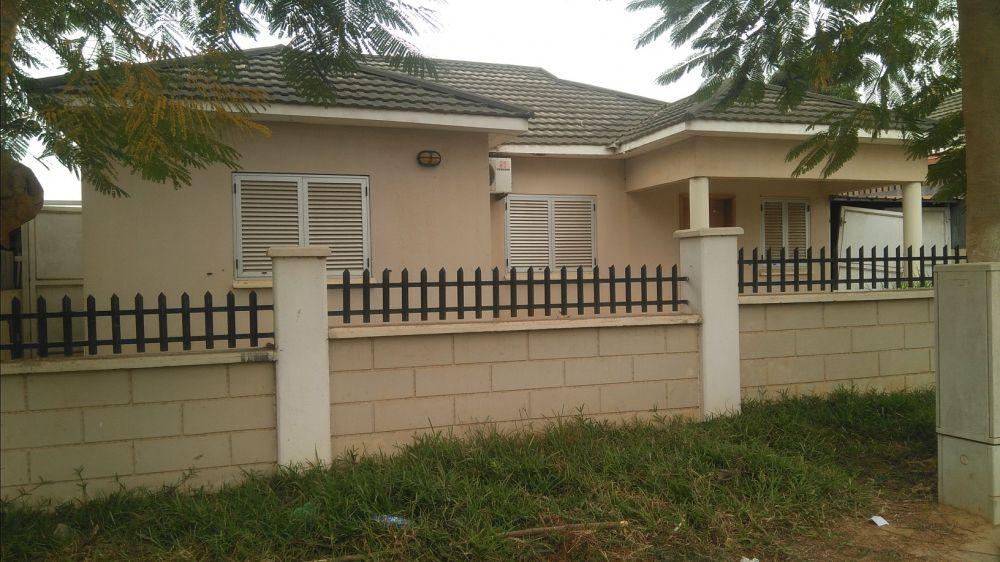 Vende se esta casa T3 no condomínio cajueiro Sonangol.