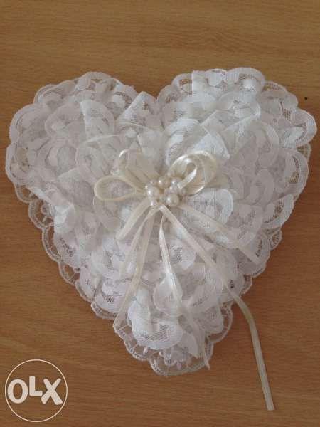 Сватбена възглавничка за халки с дантела и перли