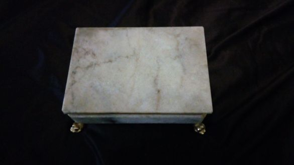 Спешно кутия от оникс