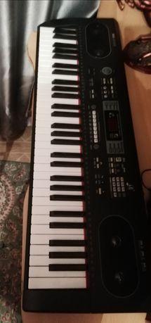 Синтезатор в хорошем состоянии, работает всё