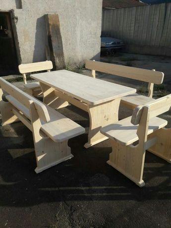 Дървени маси и пейки