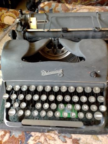 Ретро пишеща машина работеща