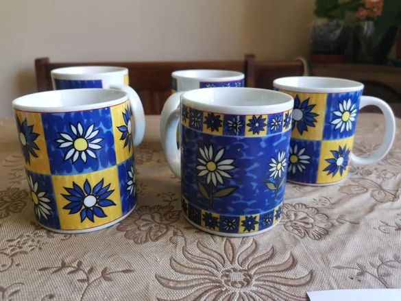 Весели чаши за чай в жълто и синьо с цветя