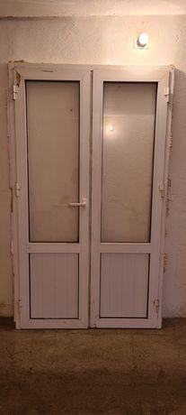 Алюминиевая двустворчатая дверь со стеклами