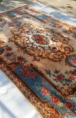 Vand covor persan de lana lucrat manual la razboi.