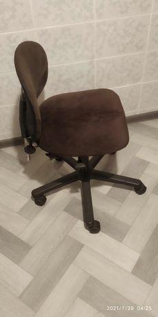 Удобные регулируемые кресла для школьников или студентов.