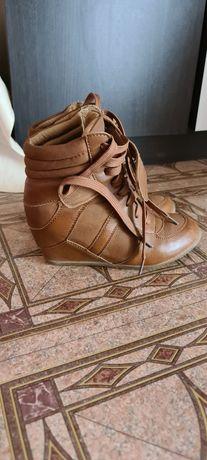 Обувки с вътрешна платформа