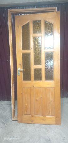 Деревянные, окна и двери.