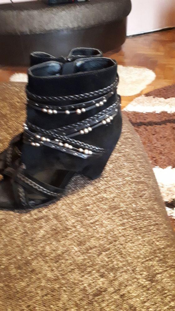 Vand sandale decupate in fata