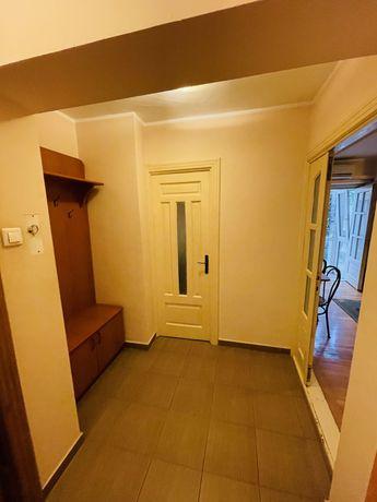 Inchiriez apartament in centru mobilat-utilat