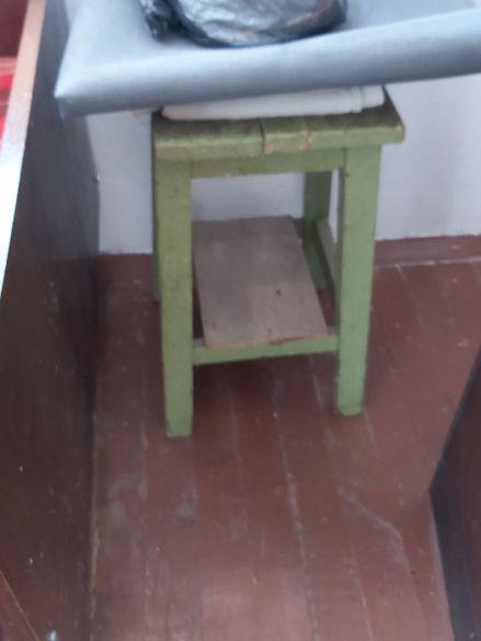 продавам ръчно изработен автентичен четирикрак дървен стол от 1970 г