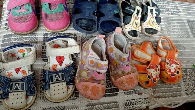 Отдам детскую обувь.