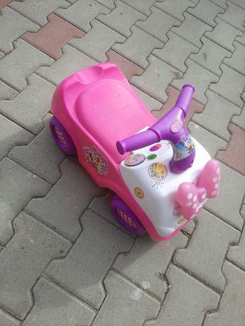 Mașinuța fără pedale pentru fetite