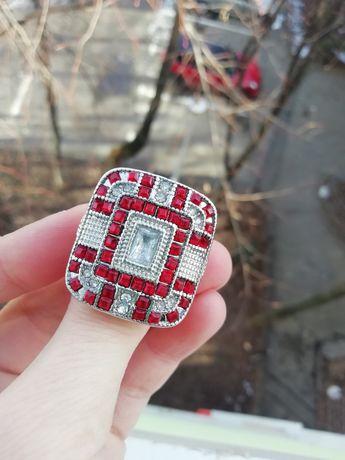 Inel argintiu cu roșu, mărimea/size 8 (nu e aur, nu e argint)