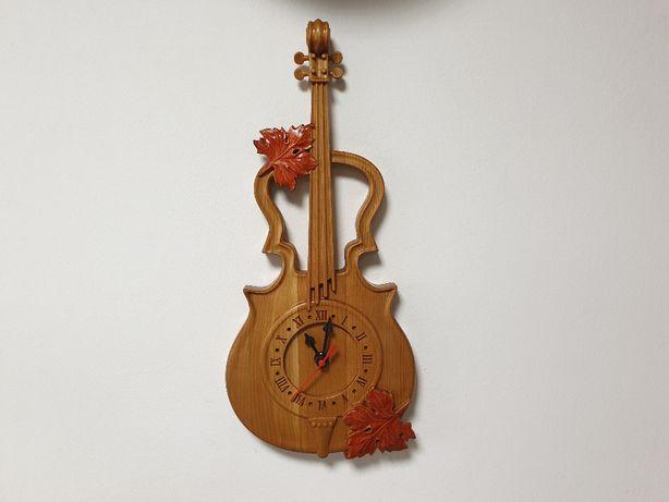 Ceas din lemn de cireș model Vioară