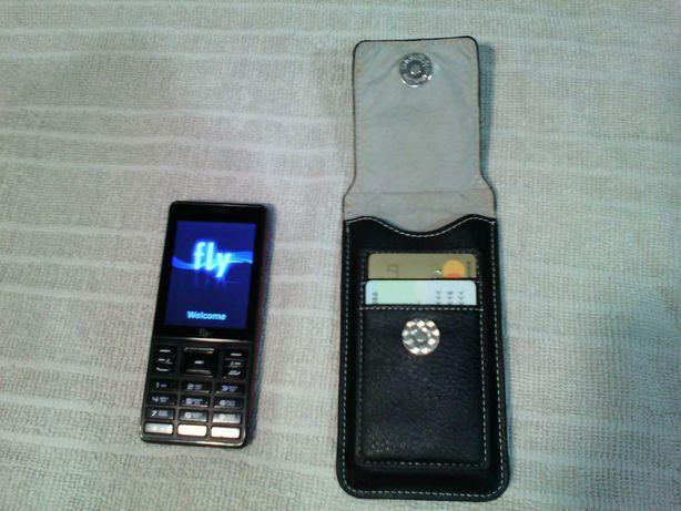 Продам кнопочный сотовый телефон FLY на 3 сим-карты + чехол