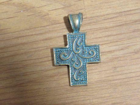 Стар бронзов кръст с дълбока патина за колекционери и ценители