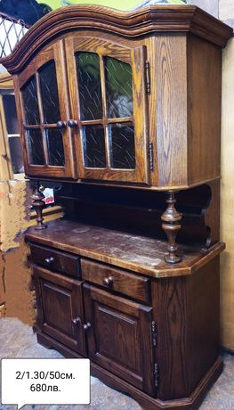 Старинен шкаф от тъмно дърво